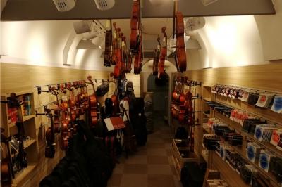 İstanbul, Beyoğlu (Tünel) Yaylı Enstrüman Mağazası, Fotoğraf: (2/4)